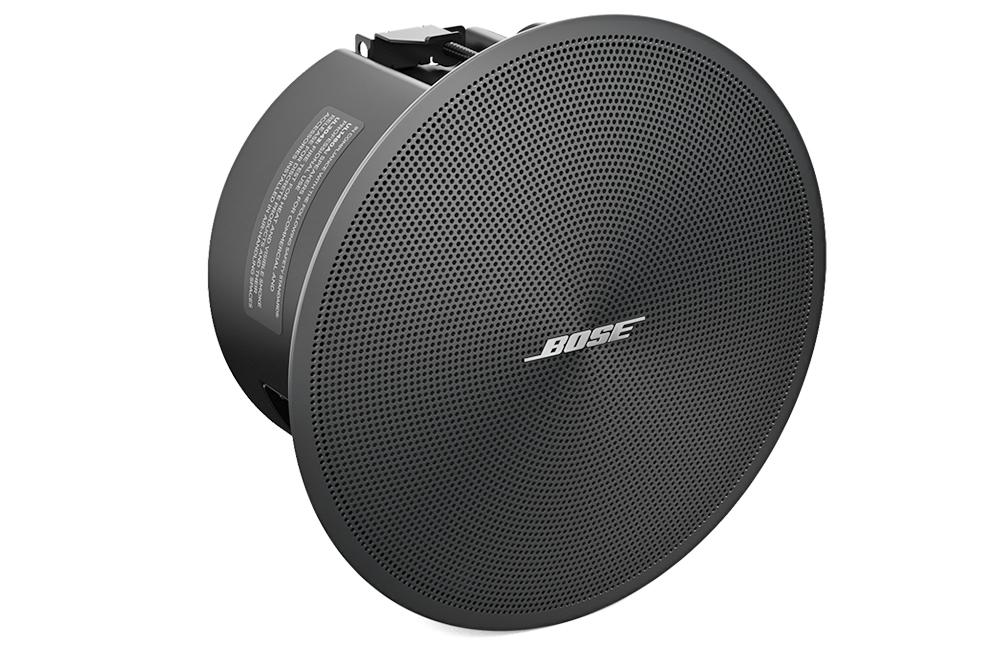 Mặt trước loa Bose DesignMax DM2C-LP với lưới tản nhiệt