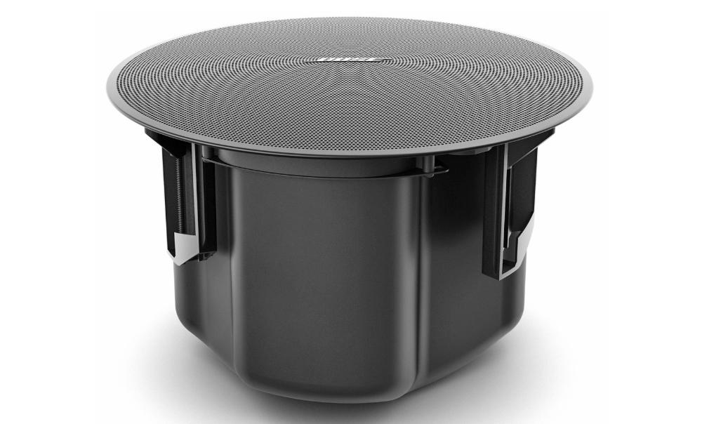 Bao phủ mặt sau Bose Designmax DM5C là backcan được làm bằng thép tích hợp