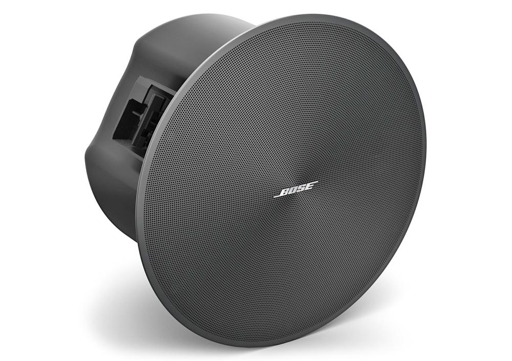 Bose DesignMax DM6C có thiết kế tinh tế với lưới tản nhiệt viền mỏng và logo tháo rời