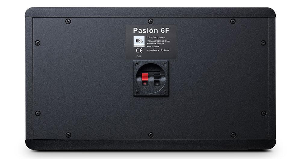 Cổng kết nối được đặt ở mặt sau loa