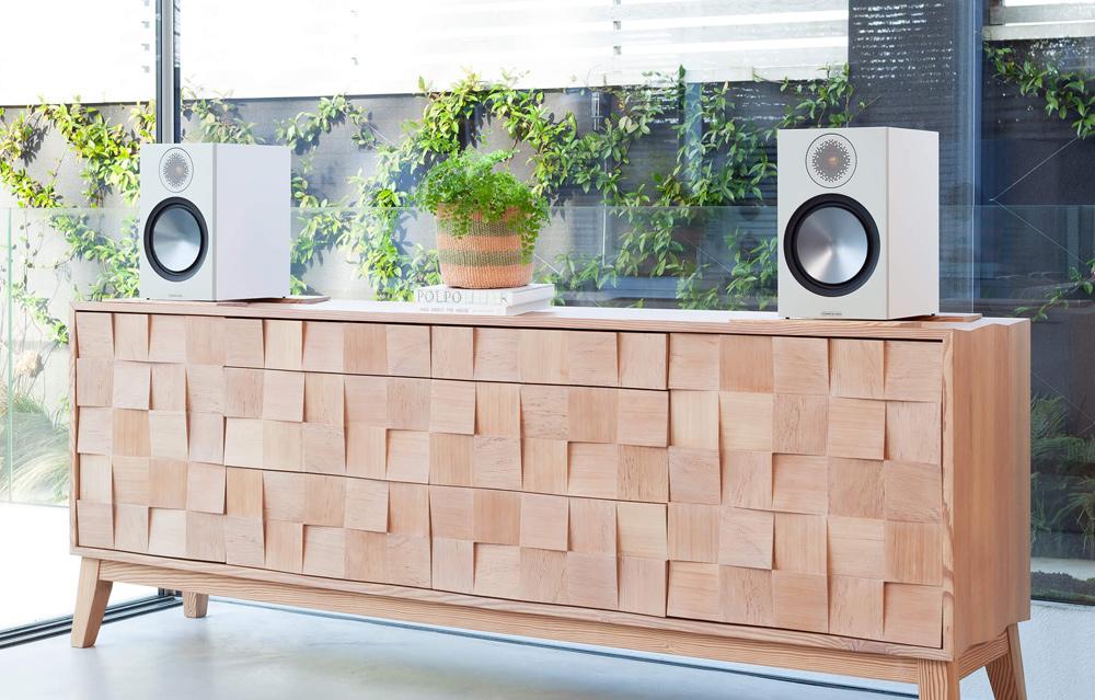 Monitor Audio Bronze 100 có thiết kế sang trọng, lịch lãm làm tăng vẻ đẹp không gian nhà bạn