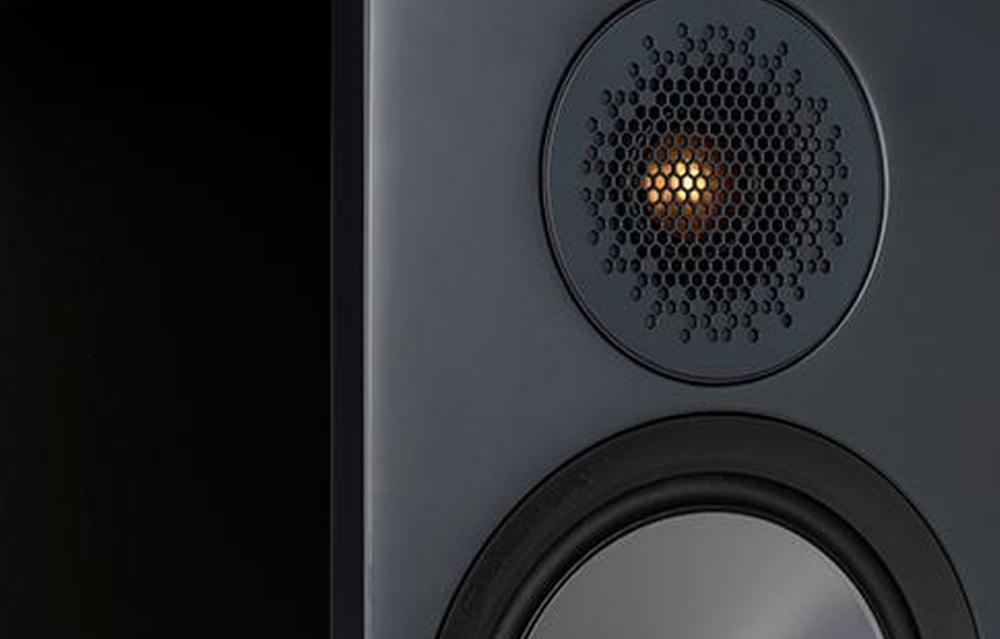 Lưới tản nhiệt loa treble Bronze 500 có thiết kế hình lục giác giúp phân tán âm thanh tốt hơn